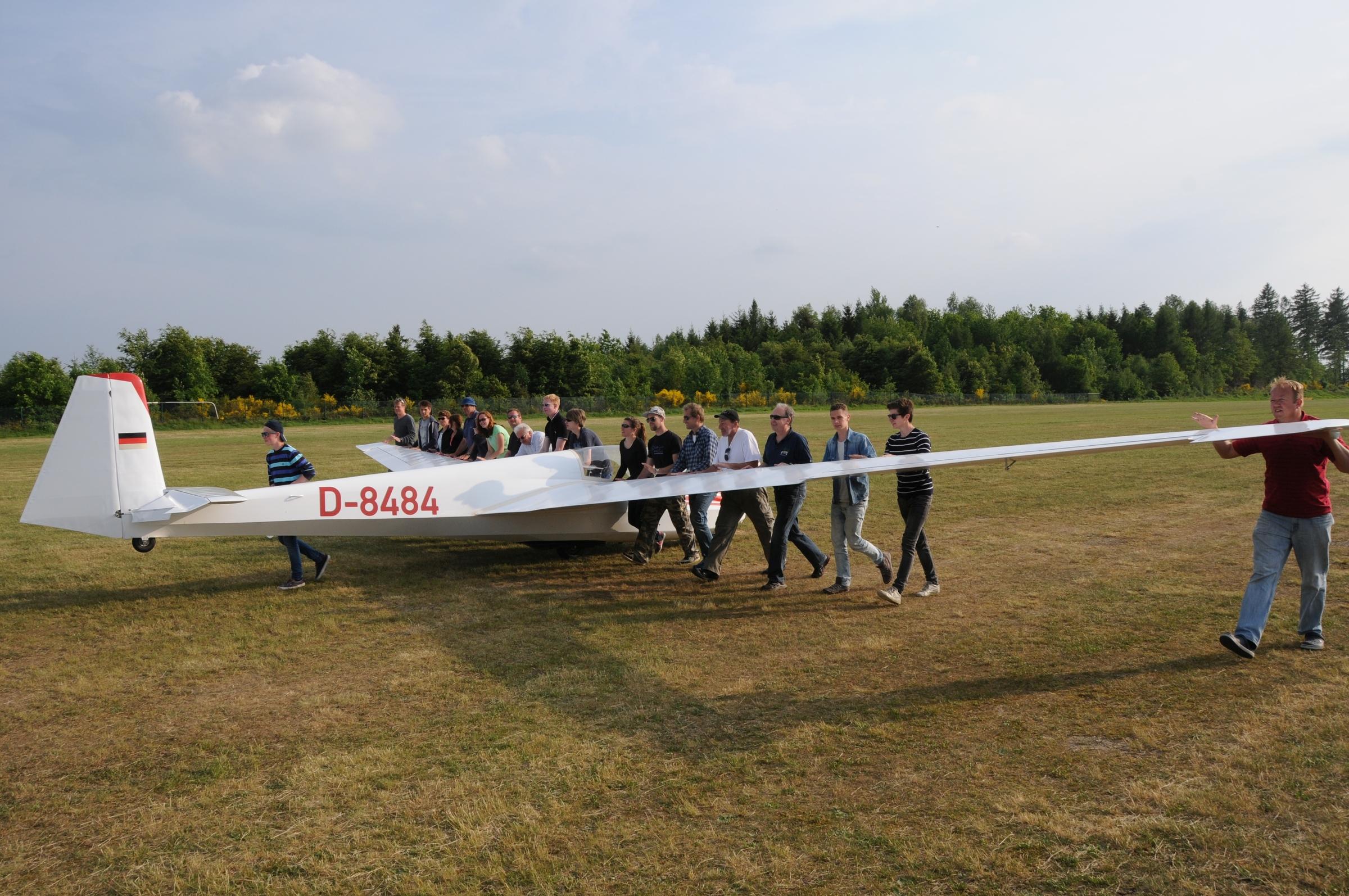 Einer fliegt - alle schieben - Segelfliegen ist Teamsport par excellence
