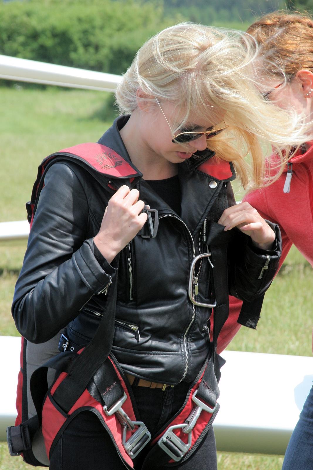 Der Fallschirm wird sicher angelegt und gut festgezurrt