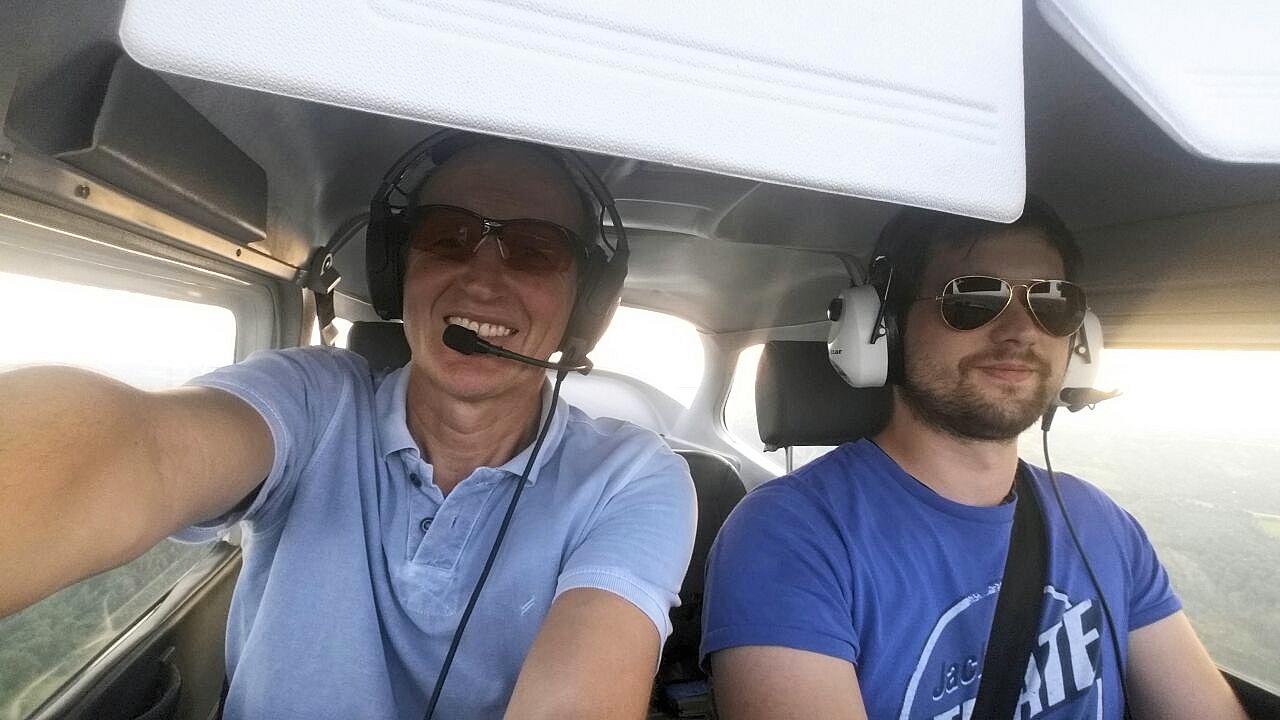 Selfie mit Fluglehrer Thomas und Alex beim Rückflug