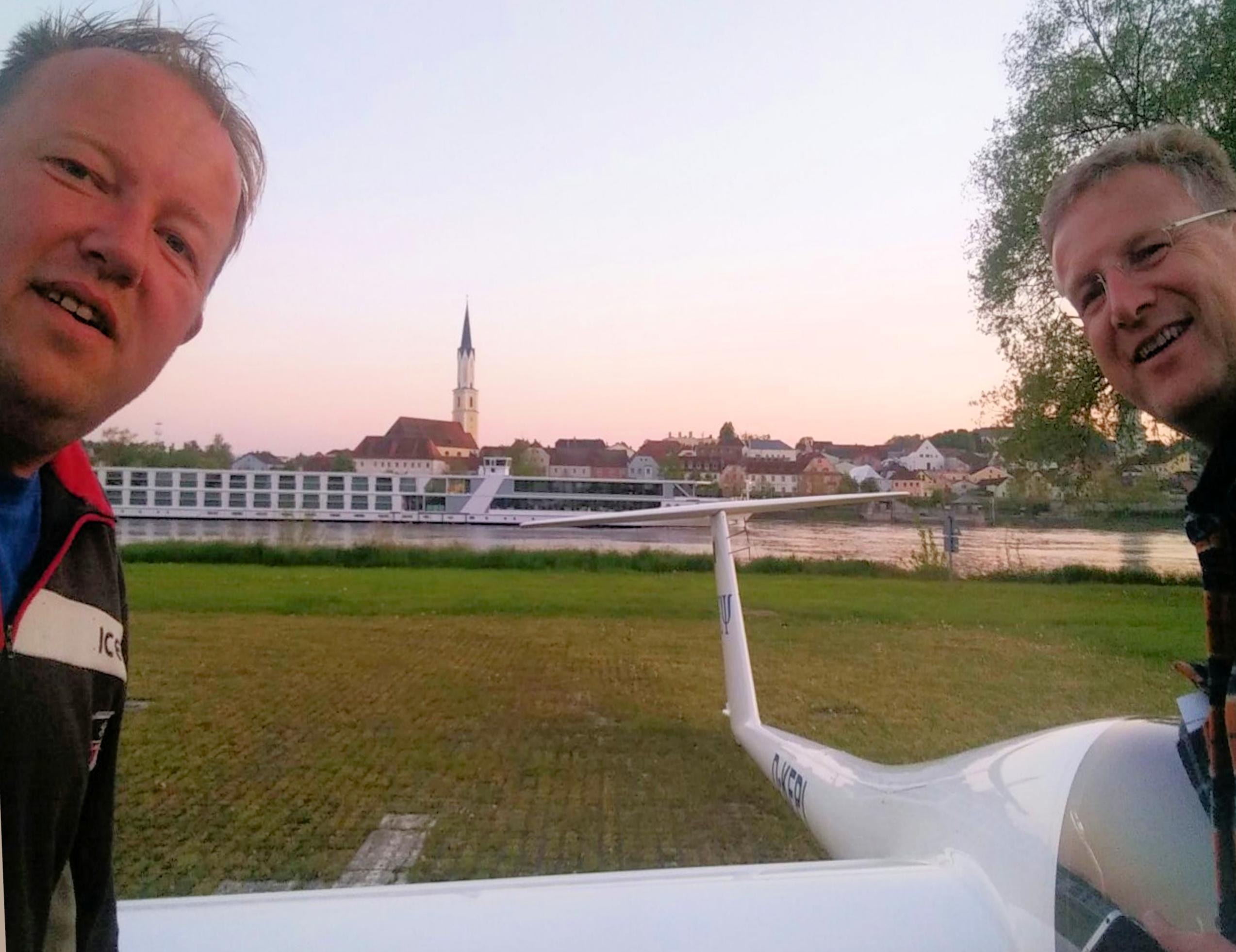 Gerhard Bender und Meinolf Zumrodde vor dem Nimbus 4DM in Vilshofen
